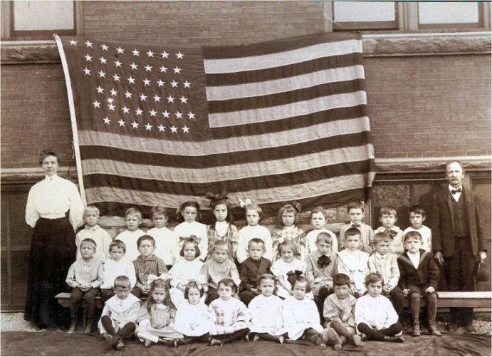 Schoolkidsandflag